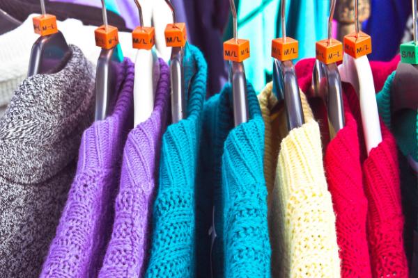Maglioni di lana su grucce